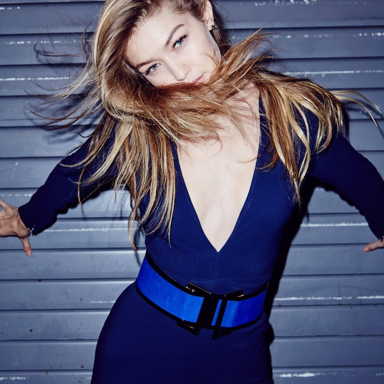 Como maquillarse con un vestido azul marino